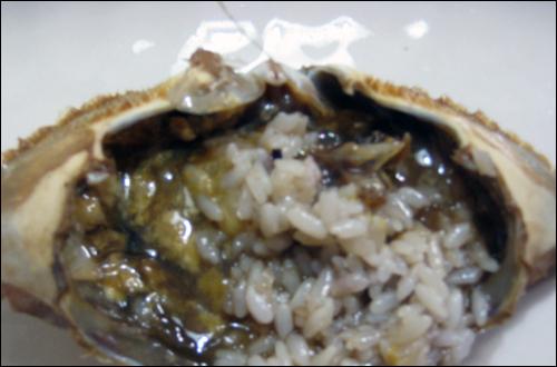 간장게장. 게딱지에 밥을 넣어 비벼 먹으면 그 맛이 독특하다.