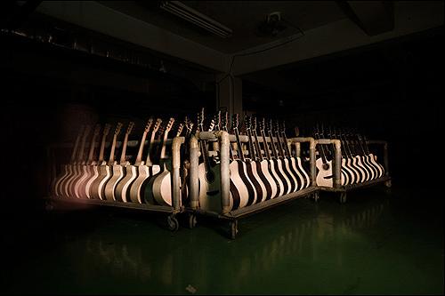 마음껏 사랑해줄 주인을 기다리는 기타들 일년 넘게 폐업 중인 대전 콜텍 공장에는 저렇게 주인을 찾고 있는 기타들이 가득했다. 폐업만 아니었으면 이미 누군가의 손에서 한가득 사랑을 받고 있을 그 기타들이 안쓰럽다.