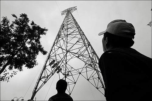 송전탑에서 농성중인 콜텍 노동자들  콜트악기?콜텍은 지난 15일부터 서울 양화대교 근처에 있는 100m 높이 송전탑에서 '장기 투쟁 사업장 문제 해결'을 촉구하며 고공시위에 들어갔다.
