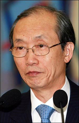 이용훈 대법원장이 21일 국회 법사위의 대법원에 대한 국정감사 시작에 앞서 인사말을 하고 있다.