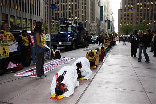 기륭전자 노조 뉴욕서 삼보일배 시위 복직 투쟁을 벌이고 있는 기륭전자 해고근로자와 민주노총 전국금속노동조합 관계자들이 21일(현지시간) 미국 뉴욕 소재 전자업체 시리우스 앞에서 삼보일배 시위를 벌였다. 이들은 기륭전자로부터 납품을 받는 시리우스가 납품단가 인하를 위해 기륭전자에 대해 생산공장을 중국으로 이전하도록 하고 정규직을 고용하지 못하게 했다는 의혹이 있다면서 시리우스 관계자와의 면담을 요구했다.