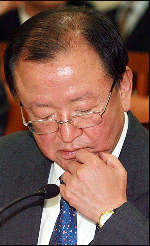 강만수 기획재정부 장관이 22일 국회에서 열린 국회 기획재정위원회 국정감사에서 답변자료를 검토하고 있다.