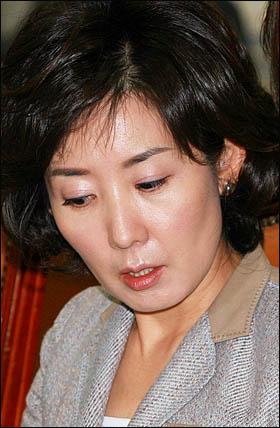 정연주 전 KBS 사장이 해임된 직후인 8월 11일 서울 시내 모 호텔에서 이동관 청와대 대변인, 최시중 방송통신위원장, 김회성 국가정보원 제2차장과 회동한 것으로 알려진 나경원 한나라당 의원.