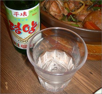 술에 얼음을 담가서 마시면 부담없어 좋다. 평양소주는 23도다.