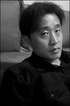 13년만에 새 시집을 출간한 시인 허연.