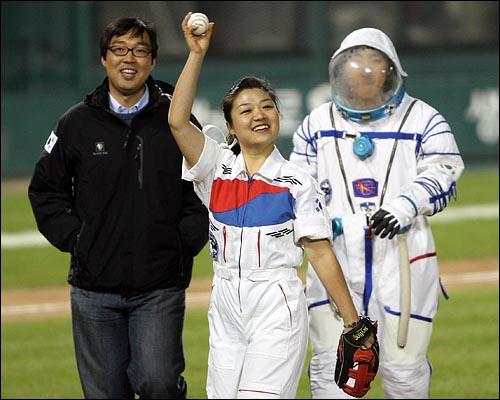 한국 최초 우주인 이소연이 29일 저녁 서울 잠실야구장에서 열린 2008 프로야구 한국시리즈 3차전 SK와 두산과의 경기에 앞서 시구를 한뒤 야구팬들에게 손을 흔들어 보이고 있다.