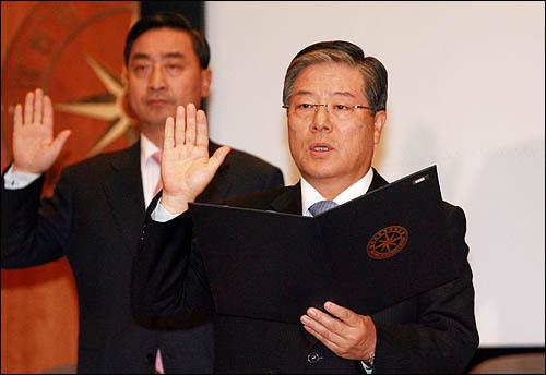 김성호 국정원장이 30일 국회 정보위원회 국정감사에 출석, 전옥현 1차장 등 주요 간부들과 증인선서를 하고 있다.