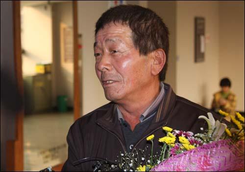 24년만에 무죄판결을 받은 서창덕씨가 법정 앞에서 눈물을 흘리고 있다.