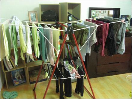 수건이 반을 차지하는 나의 건조대. 옥상이 있지만, 방에서 옷을 말리는 것이 더 편할 때가 많다.