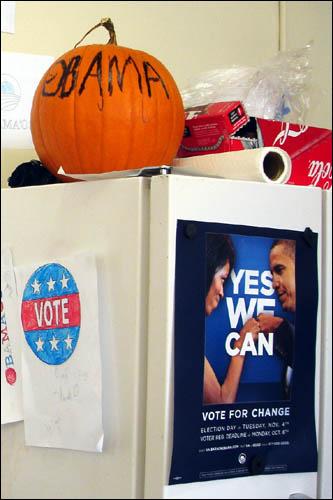 할로윈데이 오바마 호박과 냉장고에 붙어 있는 버락과 미셸.