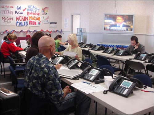 자원봉사자들이 전화로 매케인 지지를 호소하고 있다.