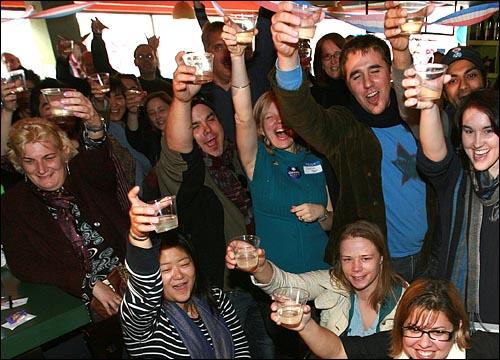 5일 오후 서울 이태원 '해방촌'의 한 카페에서 미국 민주당 한국지부 주최로 열린 대선 축하 파티에서 참석자들이 버락 오바마 후보의 당선을 축하하며 샴페인을 들고 환호하고 있다.