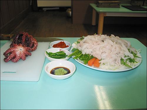 생선회 이 생선회는 내 고향 사량도에서 고기잡이를 하고 있는 내 친척들이 낚시나 그물로 직접 건져 올려 서울로 보내는 것이오