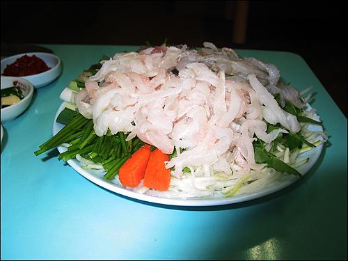 사량도 생선회 사량도에서 날아온 전어, 놀래미, 꼬시락, 숭어회는 정말 고소하면서도 쫄깃한 감칠맛이 그만이다.
