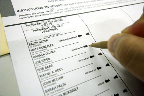 미국 대통령 선거에서 부재자 투표용지에 기표하는 모습.