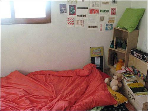 옥 장판이 깔려 있는 따뜻한 내 잠자리. 이 곳에 앉았다 하면 일어나기가 여간 힘든 게 아니다.