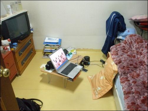 반지하 내부 멀티미디어 시스템이 잘 갖춰져 있다. TV를 보며 컴퓨터를 할 수 있다.