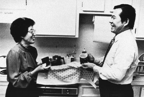망중한 80년대 미국 망명 시절의 김대중-이희호 부부가 설거지를 함께 하며 모처럼 망중한을 즐기고 있다. 당시 <피플>에 실린 사진이다.