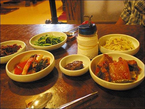 채소 비빔밥 밑반찬으로는 콩나물, 열무김치, 명태조림, 멸치젓갈, 강된장, 풋고추 등이 재첩수제비국과 함께 나온다