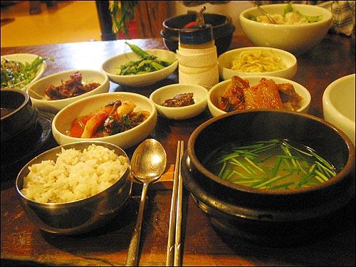 채소비빔밥 계절에 따라 미나리, 봄동, 고사리나물, 도라지무침, 멸치조림 등 밑반찬이 달라진다