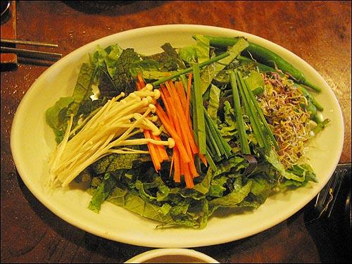 채소비빔밥 이 집 채소비빔밥에 쓰이는 채소는 팽이버섯, 부추, 상추, 겨자잎, 당근, 무싹을 비롯한 5가지 새싹이다