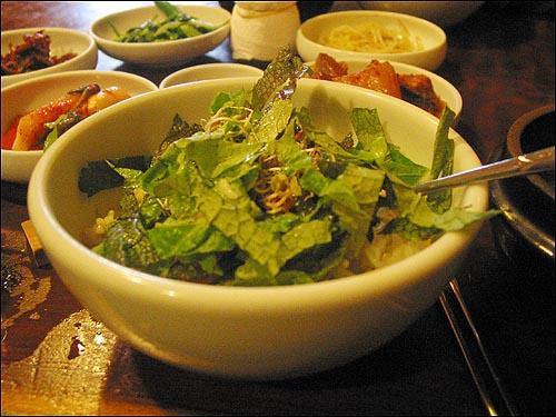 채소비빔밥 참기름과 들기름을 같이 올려둔 것은 손님들 입맛에 따라 넣어 드시라는 뜻