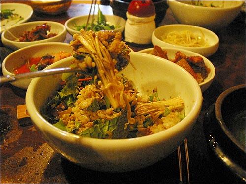 채소비빔밥 채소비빔밥을 게걸스럽게 먹으며 사이사이에 떠먹는 재첩수제비국은 시원하고도 은근한 감칠맛이 혀를 한껏 희롱한다