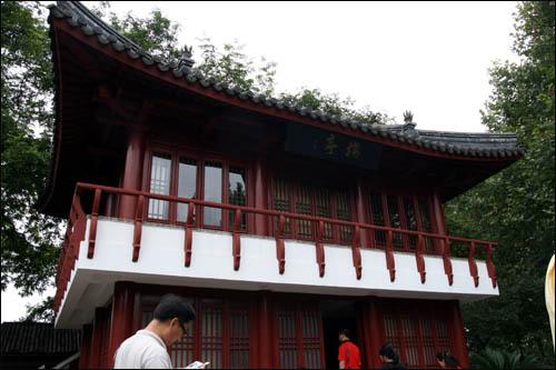 상하이 루쉰공원 안에 있는 윤봉길 의사의 기념관인 '메이팅(梅亭)'. 그의 조국과 겨레를 향한 붉은 단심을 나타내듯 붉은 색으로 칠해져 있다.