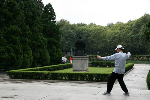 루쉰공원 내 루쉰 묘지 앞에서 한 상하이시민이 태극권을 하고 있다.