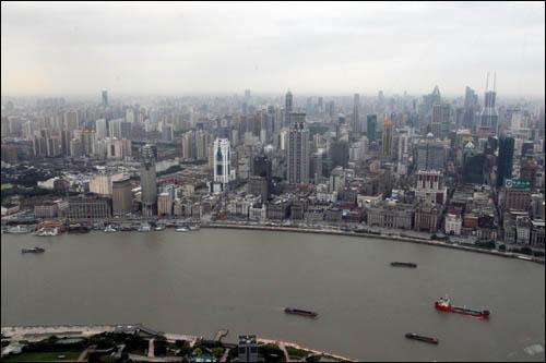 둥팡밍주에서 내려다 본 상하이의 빌딩숲은 끝이 보이지 않았다.