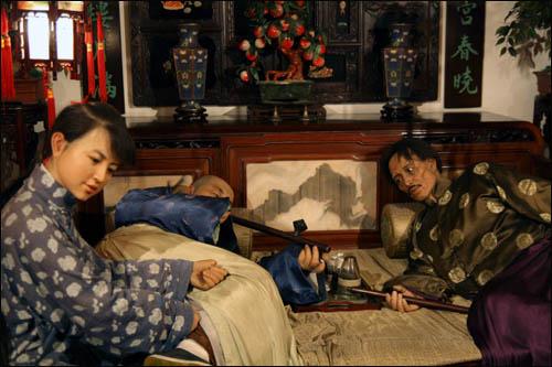 상하이역사박물관에 과거 아편을 피우던 모습을 밀랍인형으로 재현해놓았다.
