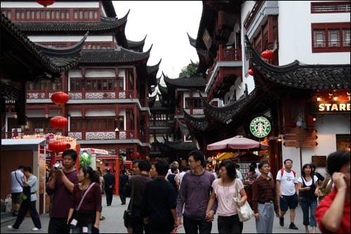 상하이의 전통 상가촌인 위위안상창(豫園商場). 중심부에 '스타벅스'가 자리잡고 있다.