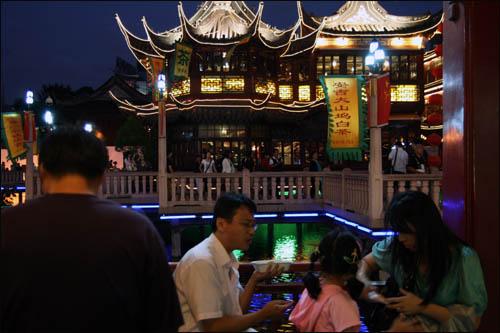 위위안상창 내 '난샹만터우뎬(南翔饅頭店)'에서 산 딤섬을 한 중국인 가족이 맛있게 먹고 있다.