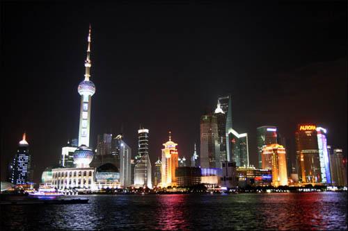 상하이 와이탄에서 바라본 푸둥의 야경. 왼쪽의 뾰족한 탑이 둥팡밍주다.