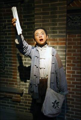 조계시절 신문팔이 소년의 모습을 재현한 밀랍인형