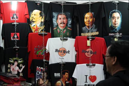 한 티셔츠 가게에 사회주의혁명 지도자와 영화·스포츠 스타의 모습을 담은 티셔츠가 함께 걸려 있다.