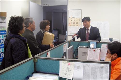 군의문사 유가족들이 14일 서울 여의도 국회 의원회관 사무실을 돌아다니며 '군의문사위원회 연장법안'을 통과시켜달라고 로비하고 있다.