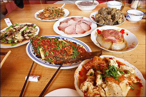 윈난(雲南)성 리장(麗江)의 한 나시족 전통음식점에 나온 음식들. 나시족도 쓰촨요리의 영향을 받아 매운 음식을 좋아한다.