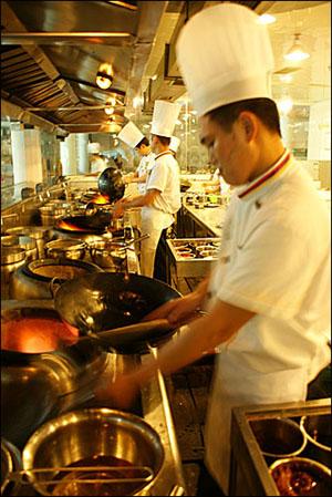 쓰촨요리박물관 음식체험관에서는 요리사가 조리하는 광경을 직접 눈으로 볼 수 있다.