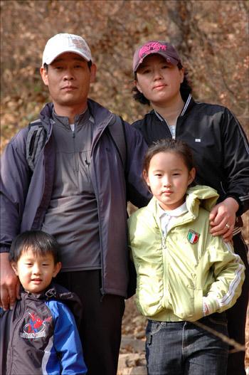 행복 김해에서 왔다는 유진(10), 경진(6)과 아빠엄마. 아이들은 네살때부터 산을 올랐고, 매주 한번 정도 가족끼리 가까운 산을 찾는다는 이 가족은 행복을 가득안고 산을 내려오고 있다.