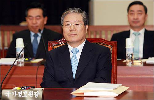 김성호 국가정보원장이 2009년 국정원 예산안 제안설명을 위해 18일 오전 국회 정보위원회에 출석, 회의시작을 기다리고 있다.