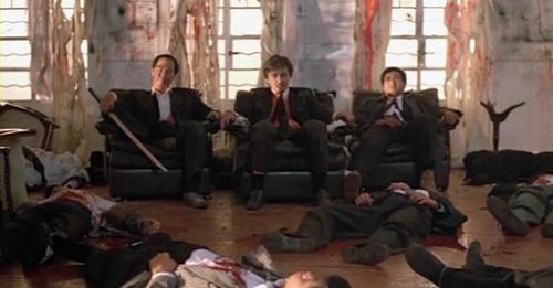 """""""아파 죽겠어."""" """"조금만 참아,  우린 영웅이잖아."""" 총을 많이 맞은 그들, 수많은 시체들 옆에서 자랑스럽게 '가오' 잡으며 앉아있지요. 예전에는 비장미있고 멋져 보였던 그들, 이제는 얼른 병원가서 치료받았으면 좋겠네요."""