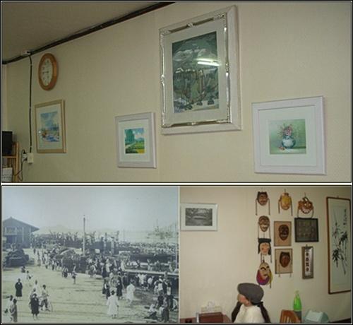 수채화가 담긴 액자로 공간을 적절하게 처리한 벽(上). 아내가 반대편 벽에 걸린 흑백사진을 관심 있게 바라보고 있습니다.(下)