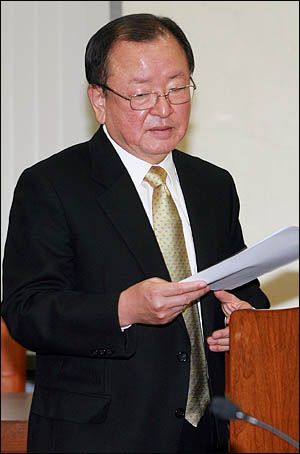 강만수 기획재정부 장관이 19일 국회 기획재정위원회에서 종합부동산세법 일부개정법률안에 관한 정부측 제안설명을 한 뒤 자리로 돌아가고 있다.