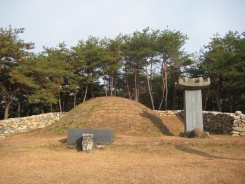 남명 묘소 일반적인 무덤의형태로 주변은 다소 높은 곳이라 풍광은 가히 좋다.