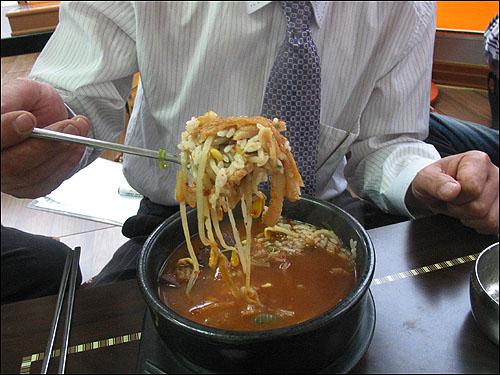 해장국 곱슬곱슬 잘 지은 쌀밥 한 공기 말아 선지, 소양, 콩나물, 우거지를 한 수저 떠서 입에 넣는다