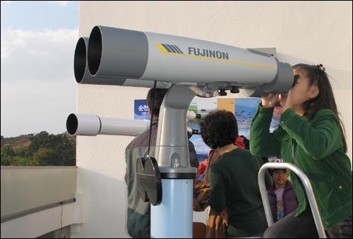 순천만비지터센터에선 대형 망원경으로 흑두루미를 관찰할 수 있다.