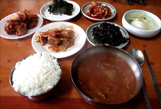 어린 시절 고향집에서 받은 아침밥상이 떠오른다. 뭉근 할 정도로 푹 끓인 김칫국은 즉석 김치찌개의 맛과는 다른 개미가(깊은 맛) 있었다