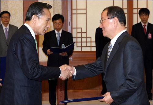 지난 2월 29일 청와대에서 이명박 대통령이 강만수 기획재정부 장관에게 임명장을 수여하고 있다.
