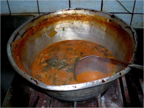 메기탕을 끓여내는 찌그러진 양은 양푼에는 세월의 맛이 오롯이 담겨있다.
